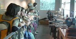 Eibarko armagintzaren museo berrituan, publiko anitza