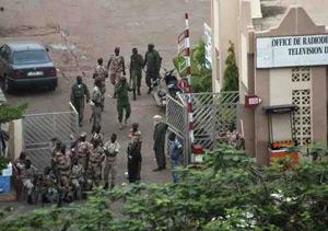 Maliko militar matxinatuek presidentea boteretik kendu duela iragarri dute