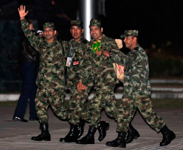 FARC-ek bahituta zituen hamar polizia eta militar askatu ditu