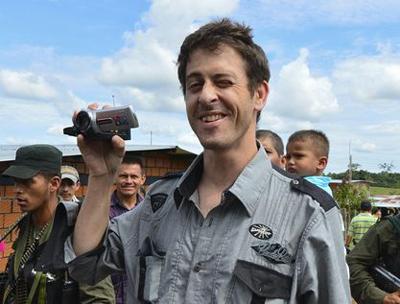 Kolonbiako Gobernuak eta medioek gatazka distortsionatzen dute, FARCek bahituta izandako kazetariaren arabera