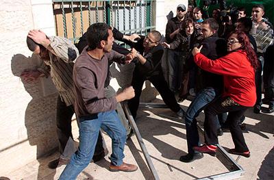 Gazte palestinar bat larri, hainbat israeldarren artean jipoitu ostean