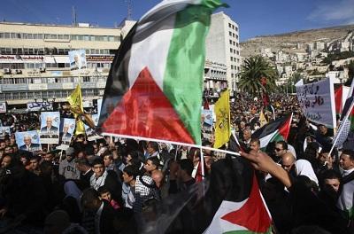 Mahmud Abbas presidentea heroi moduan hartu dute palestinarrek