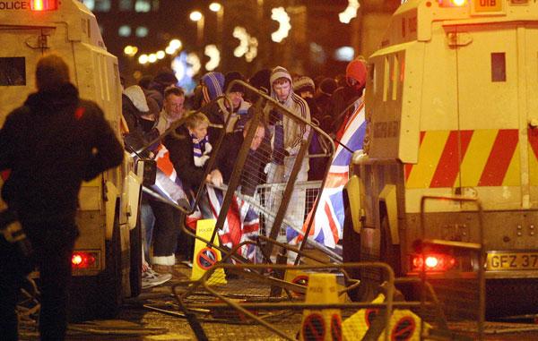 Istiluak eragin dituzte mila bat unionistak Belfasteko udaletxean, Erresuma Batuko bandera kentzeko ebazpenagatik