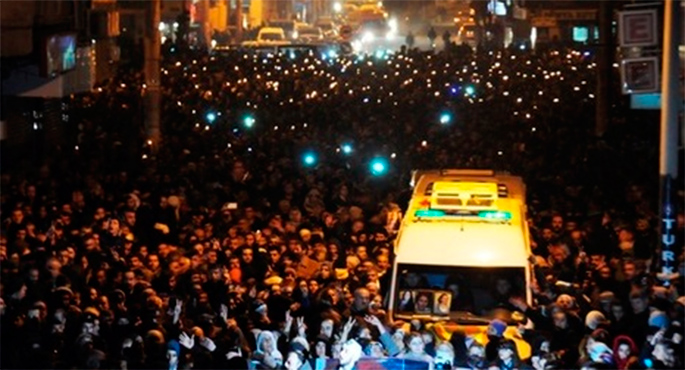 Milaka pertsona Parisen hildako hiru kurduei eginiko hiletan
