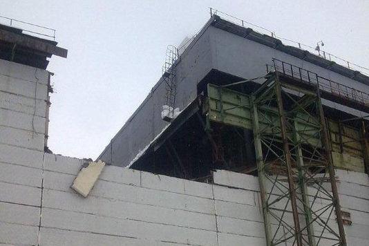 Txernobyleko sarkofagoari eusten zion eraikin bat hondatu da