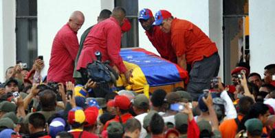 Zazpi kilometroko ilara Hugo Chavezi azken agurra emateko