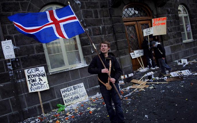 Islandiako konstituzio herritarra aurrera egiteko zailtasunekin