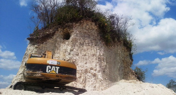 Maien piramide bat suntsitu du eraikuntza enpresa batek Belizen