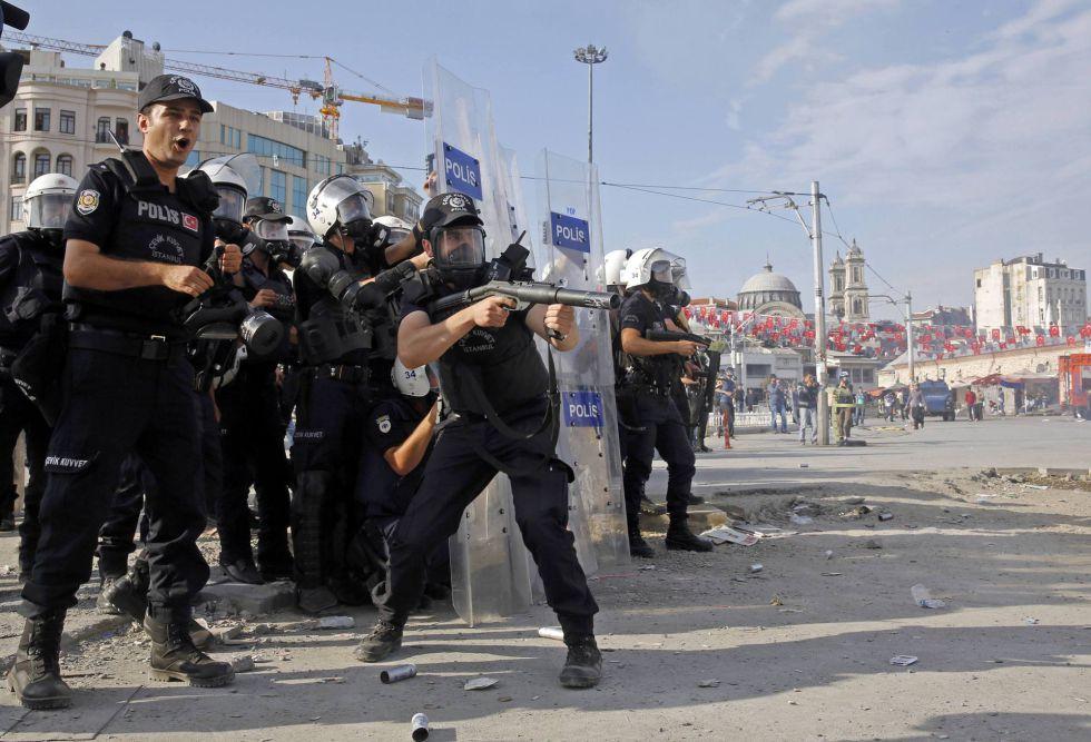 Turkiako poliziak Istanbulgo Taksim plaza indarrez hustu du