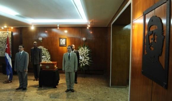 Argentinako diktaduran hildako diplomatiko baten gorpuzkinak itzuli dizkiote Kubari