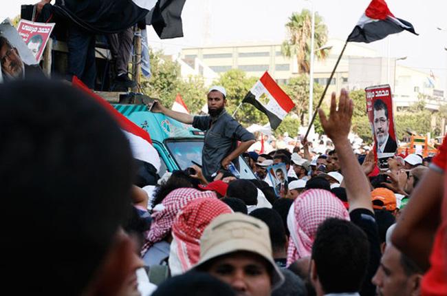 Anaia Musulmanek salatu dute 35 lagun hil dituela poliziak