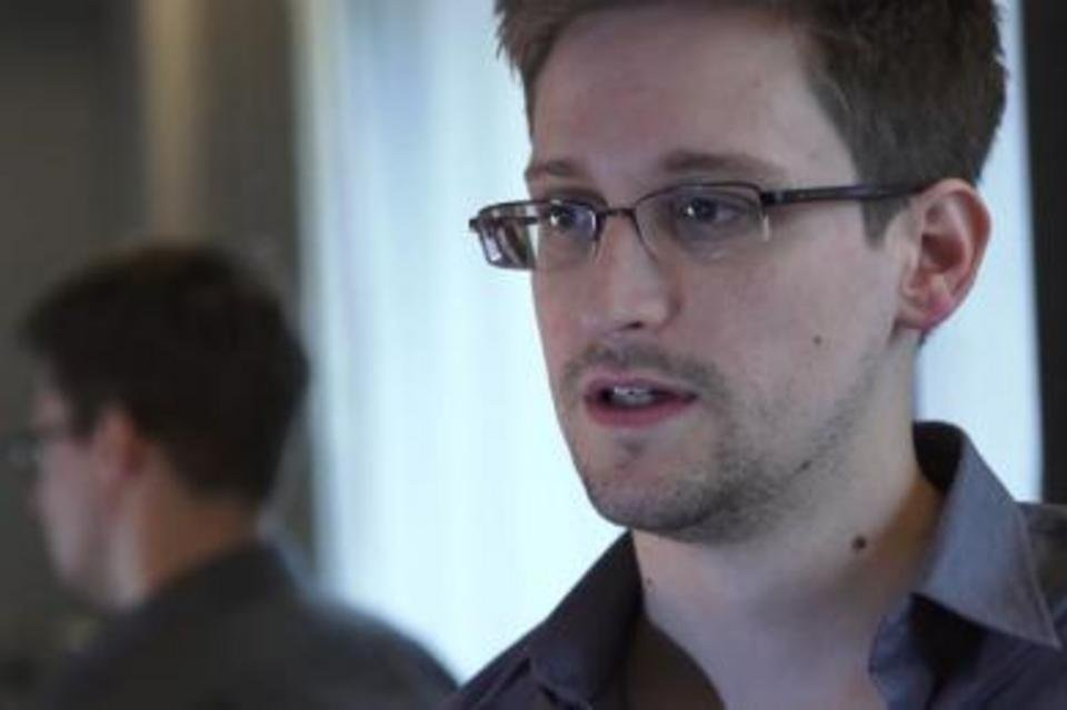 Edward Snowdenek Errusian eskatu du babesa