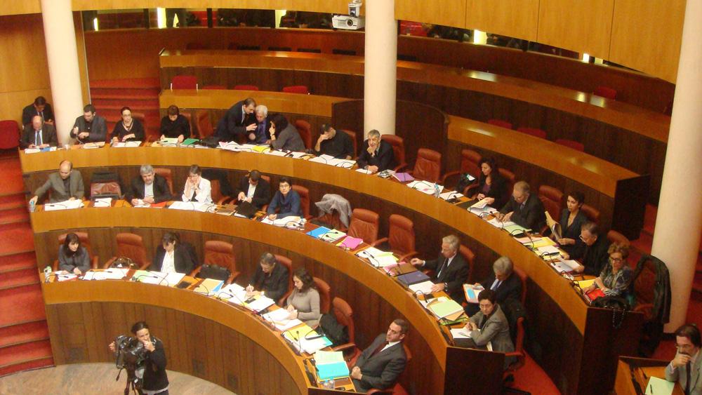 Korsikak Frantziako konstituzioa aldatuz eskumen gehiago lortu nahi ditu