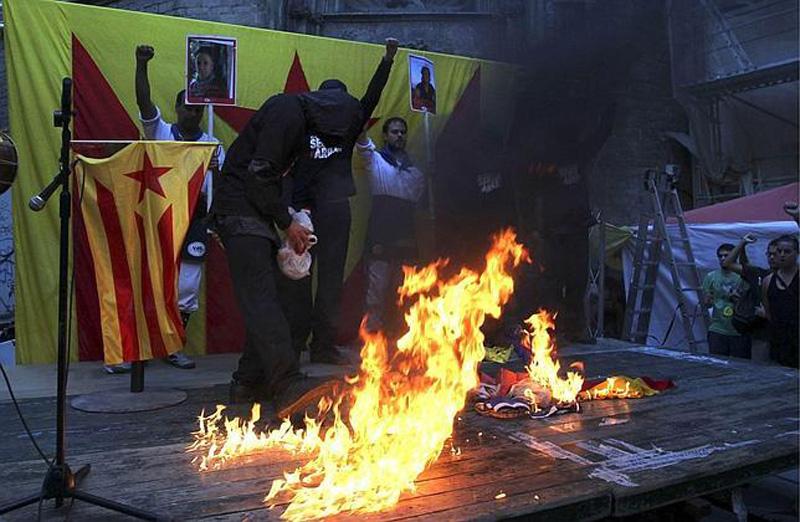 Kataluniako dantza talde bateko bi kide auzipetu dituzte presoen argazkiak erakusteagatik