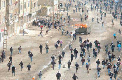 Bi pertsona hil eta 79 zauritu ditu Kurdistanen Turkiako poliziak