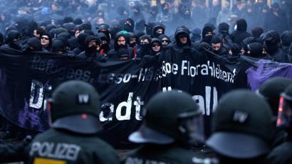 Istilu larriak Hanburgon zentro okupatu baten desalojoaren aurka