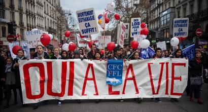 Abortatzeko eskubidearen kontra egiten dutenak 30.000 eurorekin zigor ditzake Frantziak