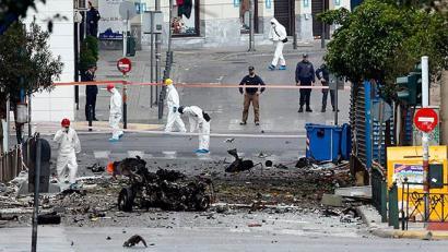 Bonba autoa Atenasko banku baten aurrean, Merkelen bisitaren bezperan