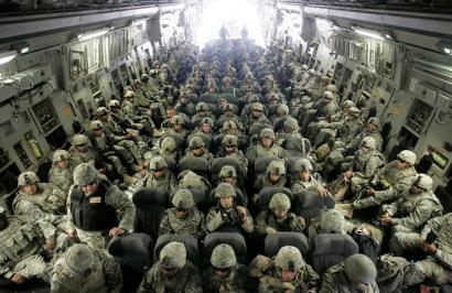 AEB Afganistango soldaduak 33.000tik 10.000tik behera murriztea aztertzen ari da