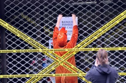 Soci�t� G�n�ralen bulegoan berriz protestatu du Bizi!-k eta jada bildu ditu 1,8 tona ikatzentzat diruak