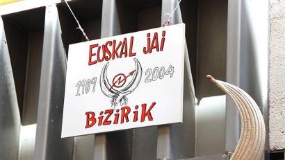Bi kazetari atxilotu ditu poliziak Euskal Jai gaztetxearen ospakizunen harira