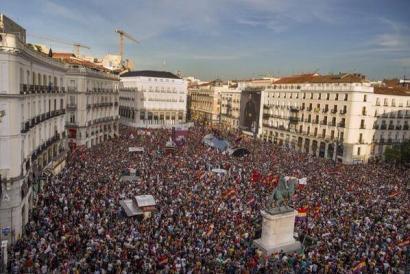 Monarkia erreferendumetik pasa dadin fronte bateratuaren bila ari dira Espainian