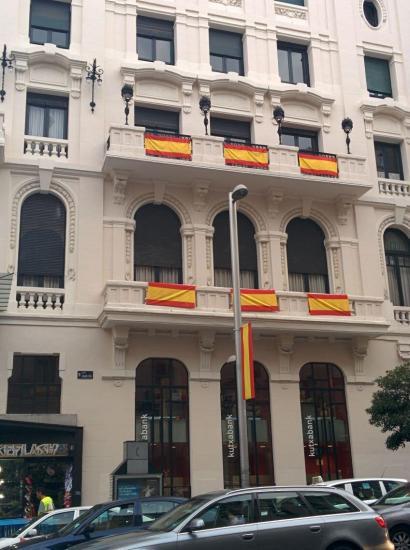 Madrilgo Kutxabanken egoitzan bandera espainiarrak? Ez, militarrenak dira