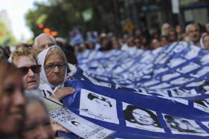 Maiatzaren plazako amen elkartearen zapia Argentinako ikur nazional izendatu dute