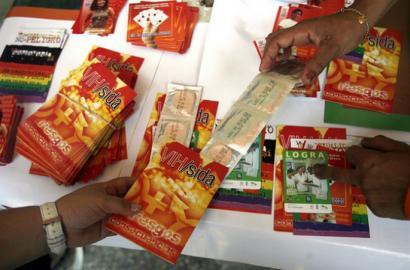 Kubako politikan eragiten saiatu dira AEBak, HIESaren kontrako programen aitzakian