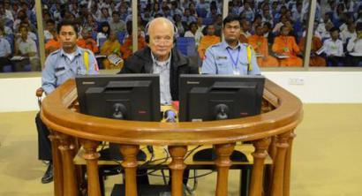 Khmer Gorrien bi buruzagi bizi osorako zigortu dituzte Kanbodian