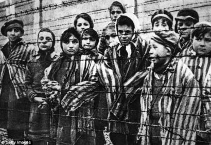 Oskar Groening Auschwitzeko atezainari 300.000 hilketatan konplize izatea leporatu diote