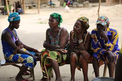 Zergatik hiltzen ditu ebolak emakumeak gizonak baino gehiago?