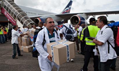 Kuba ebolaren aurkako borroka gidatzen, Mendebaldeak bere mugei begiratzen dien bitartean