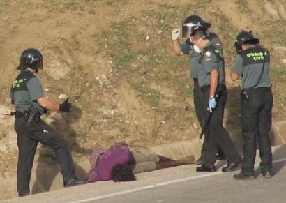Espainiaren ongietorria Melillan: polizien jipoiak konorterik gabe utzi du gazte bat