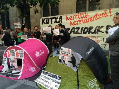 Protesta artean ekin diote Kutxa banku fundazio bihurtzeko batzarrari