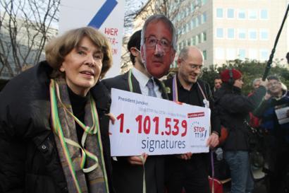 TTIPen aurkako milioitik gora sinadura, Junckerrentzako �oparia
