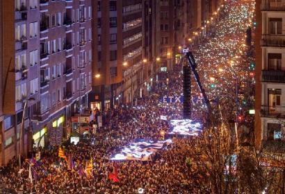 Casillatik Bilboko udaletxera, kaleak lepo eta oihu isila: presoak Euskal Herrira orain!