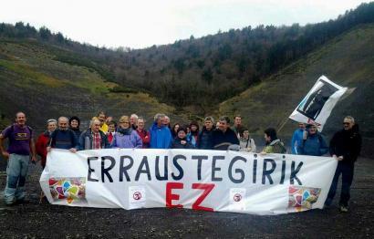 Hernanitik Zubietara oinez eraman dute errausketaren kontrako protesta