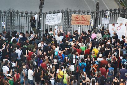 Hiru urteko kartzela zigorra jarri diete zortzi ekintzaileri 2011n Parlament-a inguratzeagatik