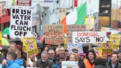 Urak piztu du sua Irlandan: Troikaren kontrako beste gatazka