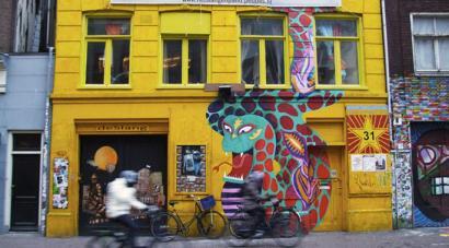 Amsterdamgo etxe okupatu zaharrena istilu artean itxi dute