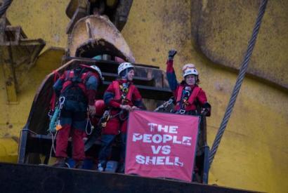 Greenpeaceko sei kide Artikora doan Shell enpresaren petrolio plataforman gotorturik daude