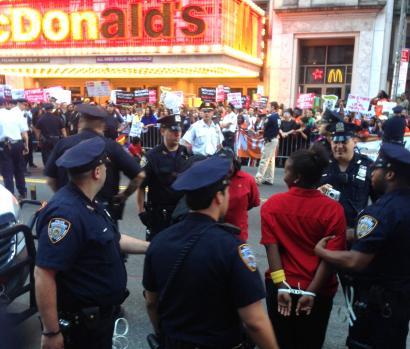 Orduko 15 dolarreko soldata lortzeko borrokan AEBko McDonald'setan
