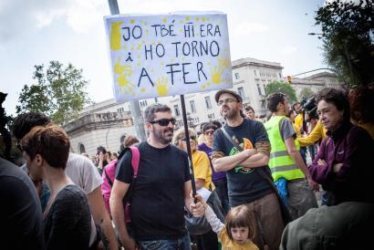 Zortzi manifestariri jarritako kartzela zigorra salatzeko Kataluniako Legebiltzarra inguratu dute berriz