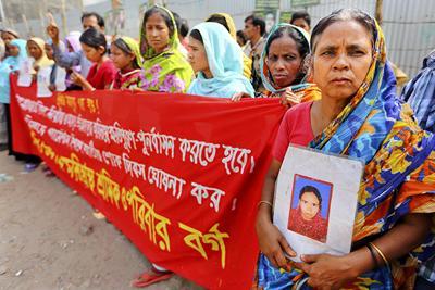 Bangladesheko arropa fabrikan hildako emakumeak gogoan