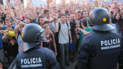 Kataluniako Parlamentua inguratzeagatik zigortutako zortzi gazteen atxilotze agindua atzera bota dute