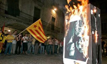 Europara joko dute Espainiako erregearen argazkia erretzeagatik kondenatuek