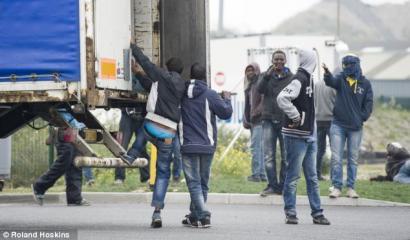 'Tabloide' britainiarrek asmatu eta 2015eko udako albiste bihurtu dute Calaisko 'etorkinen uholdea'