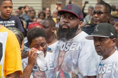 Poliziak bi gazte tirokatu ditu AEBetan Michael Brownen hilketaren urteurrenean