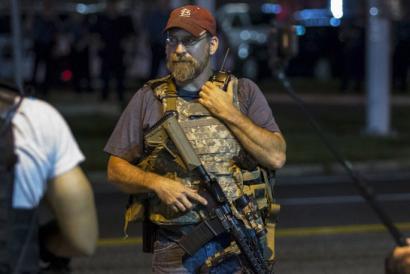 Armatutako gizon zurien patruilak Fergusongo kaleetan